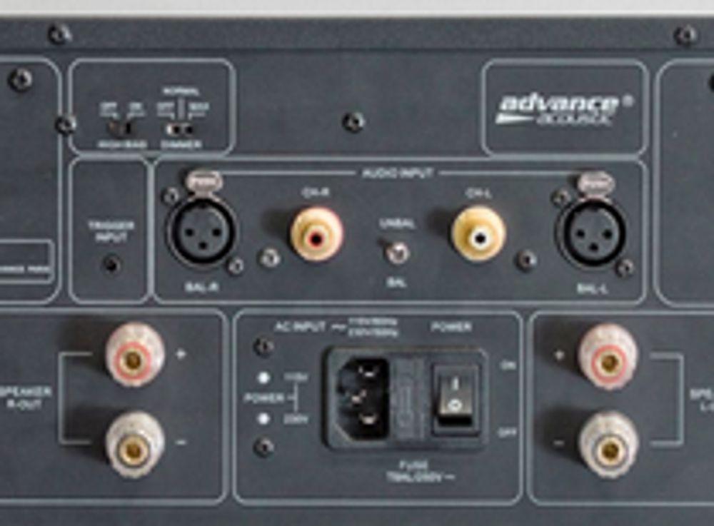 Connectique de l'ampli Advance X-A160 : notez les entrées symétriques XLR !